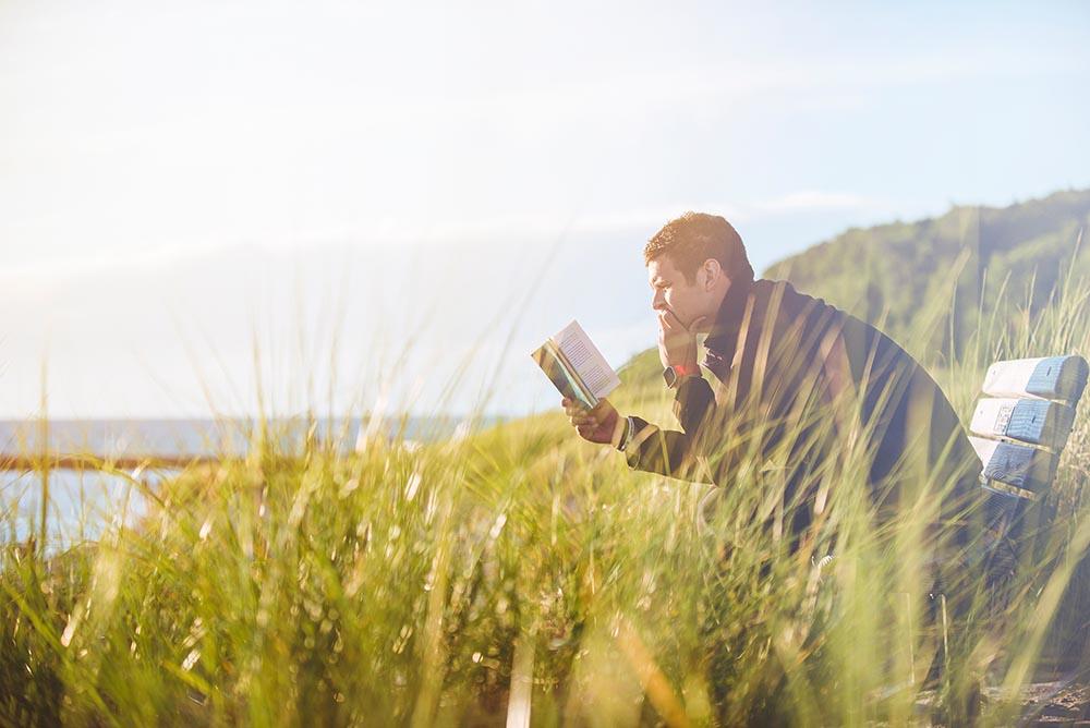 読書する男性の写真